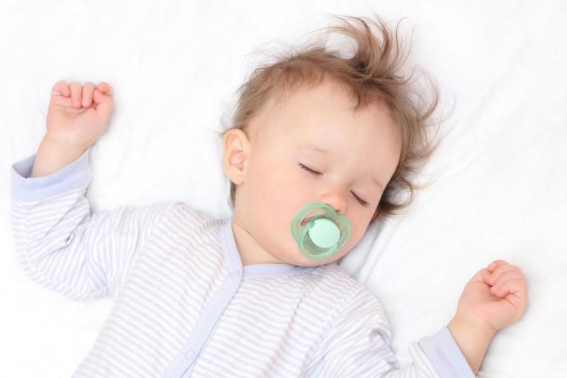 Ребенок спит с открытыми глазами: почему это бывает